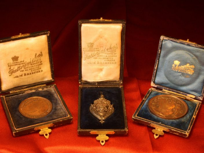 MEDALS AND AWARDS FOR VICTORIAN MODEL HORIZONTAL LIVE STEAM ENGINE c1900