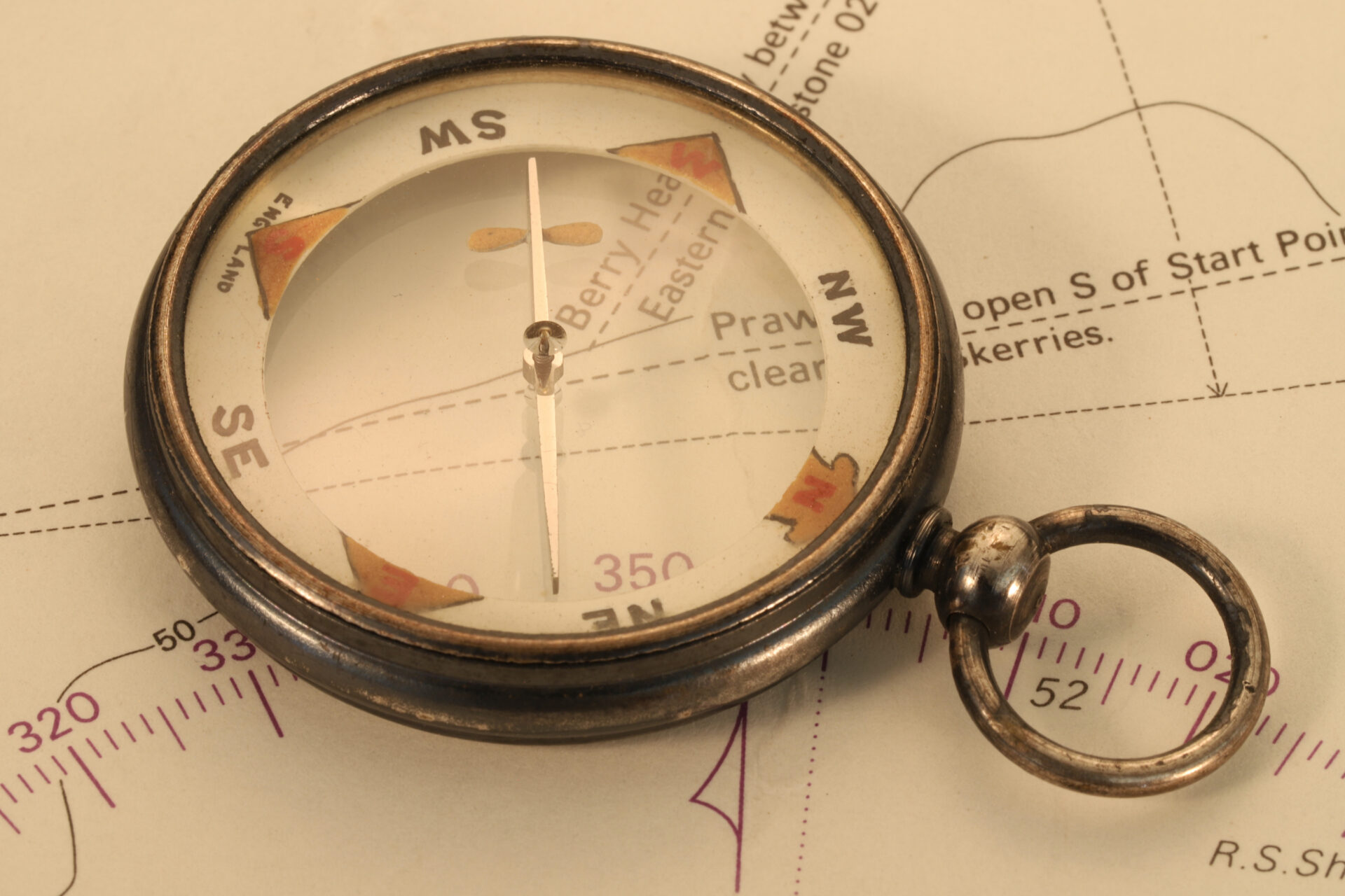 Image of Barker Radiant Transparent Pebble Lens Compass c1910 showing magnifying effect